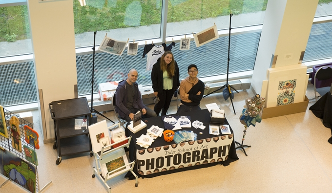 overview of photo students at Art Market